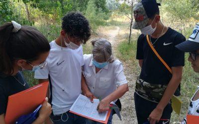 El taller d'estudi d'invertebrats fluvials del programa europeu bridges promou la convivència intercultural amb accions de protecció mediambiental
