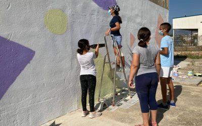 El taller de disseny i pintura mural del programa europeu Bridges troba en l'expressió artística la via per promoure la cohesió intercultural
